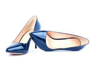 kék tűsarkú cipő